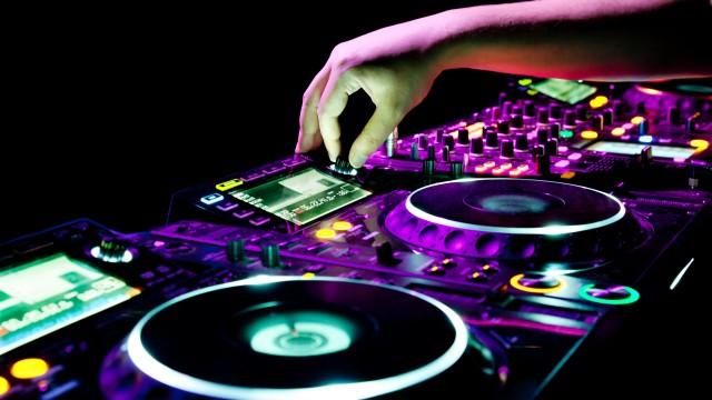 shutterstock_97084685-DJ-Pult